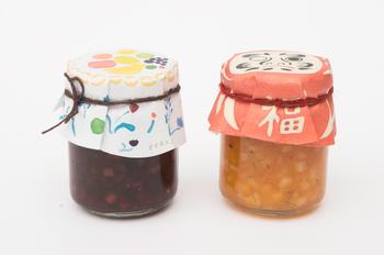季節のおすすめを選んで届けてくれる通常の「季節のおすすめセット」のほかに、ユニークなパッケージにアレンジされた「だるまと花のパッケージセット」もあります。味の違うジャムが2本、3本とセットになっているので、どんな味のジャムが届くのかワクワク待ち遠しいですね。