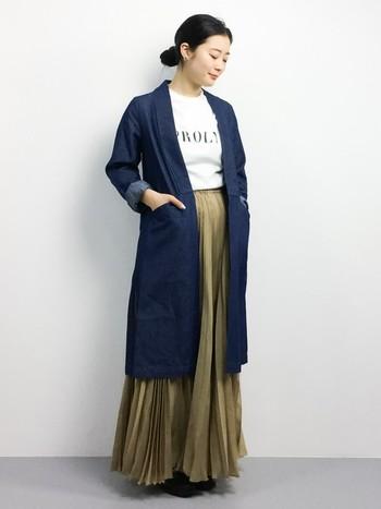 ふんわりとしたプリーツのロングスカートをデニムコートでややカジュアルダウン。シンプルながらも洗練された美しさといった感じですね。真似したい女性らしいコーディネートです。