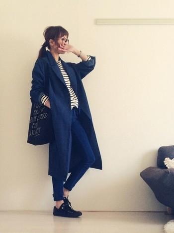 ロング丈のコートにスキニーデニムを合わせて、デニムonデニムコーデでかっこよくきめてみるのも◎ロールアップした袖からチラッと見えるボーダーによって、こなれ感がプラスされますね。