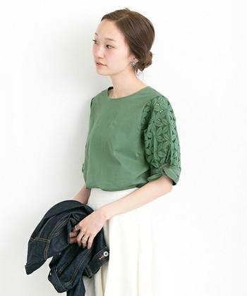 白のトップスばかり持っている方は、色に挑戦してみましょう。大人っぽく着るにはグリーンやブルー系がおすすめです。