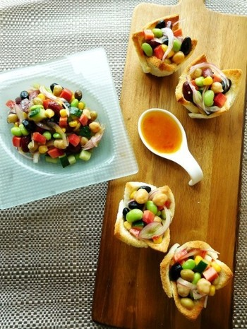 色とりどりのお豆のあざやかな色あいが見た目に美しいサラダ。パーティー向きの一品です。