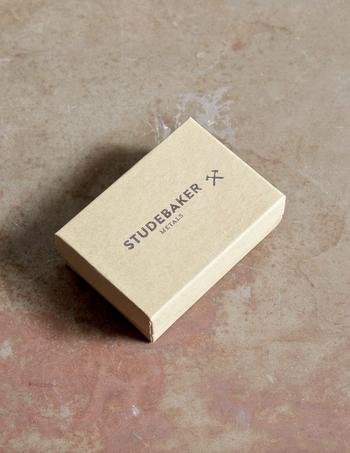 ハンマーのシンボルマークが可愛い箱に入っています。こちらもプレゼントにしたら喜ばれそう♪シンプルさが際立つブレスレットです。