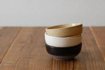 4th-marketの萬古焼・コセールシリーズは、シンプルなデザインながらも、土物の素朴な風合いが魅力的です。皿の上の方はツルっと、下の方はザラっとした肌触りで、見た目だけでなく実際に触れてみても楽しめます。素朴なデザインだからこそ、皿に盛りつけた煮物がより映えますね。