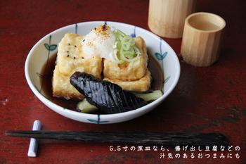 九谷焼の若手陶工、高 祥吾氏の手掛ける深皿です。優しい色合いと現代的なデザインは、和だけでなく洋風の煮物にも合いますね。