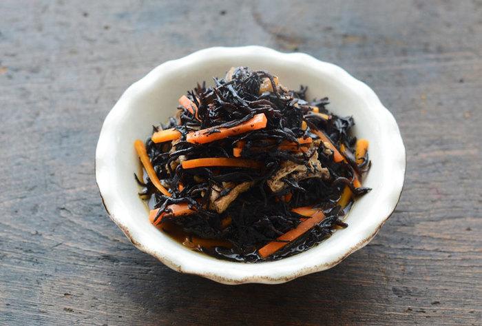 食物繊維やカルシウムなど海の栄養分がたっぷり使ったひじきの常備菜です。だしがきいていて、和食の一品にぴったりですよ。3日は保管可能です。