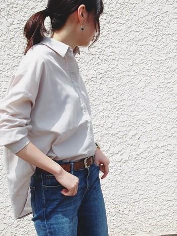 落ち感が美しいとろみシャツ。普通のパリッとしたシャツよりも優しく、ふんわりしていて春らしい。スカートにもパンツスタイルにも合うオールマイティーなところも人気の秘密ですね。