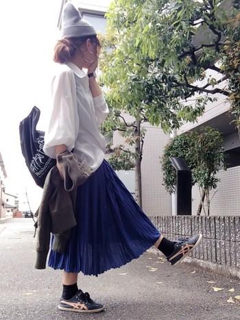 とろみシャツのとろんとした質感と、フワッとした細かいプリーツスカートを合わせた春らしいコーディネート。ニット帽やスニーカーでメンズさもプラスしてカッコよく。