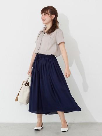 お嬢様のおでかけスタイルのようなきちんとしたコーデも、とろみがあることでちょっとラフな感じに仕上がります。白のバッグと靴でさわやかに仕上げていますね。
