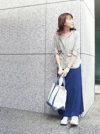 バッグ&スニーカーでとろみシャツとスカートをカジュアルダウンした抜け感のあるコーディネート。シンプルなコーデにアクセントとなる柄のバッグが素敵です。