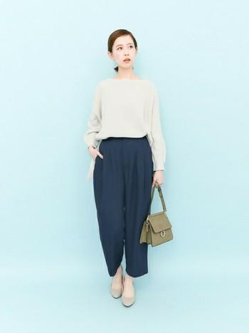 シンプルなグレーのとろみシャツに、同じような素材のネイビーのパンツで締めています。バッグと靴もグレーっぽいカラーを持ってくると統一感が出ます。
