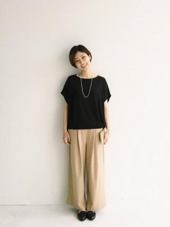 ゆるシルエットのワイドパンツもとろみシャツ同様落ち感を楽しみたいアイテム。黒とベージュだけで統一されたコーデは、シンプルで洗練された印象に。