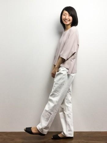 優しい印象のピンクベージュのとろみシャツと白のパンツはとっても相性がいいですね。足元は黒できちんと引き締めるのがお約束?