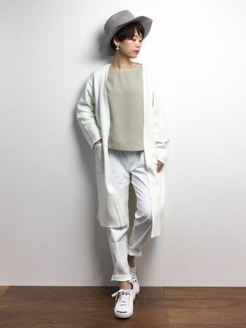 とろみシャツに白パンツを合わせて春の爽やかさをさらにアップさせちゃいましょう。上に行くに従って濃くなるグレーがグラデーションになっていて、オシャレ上級者という感じがします。