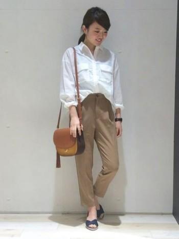 白×ブラウン×ネイビーの優等生コーデ。とろみシャツは落ち感が美しいので、ウエストインして着るといい感じ。ベルトで遊ぶのもオススメですよ。この場合はネイビーのベルトを持ってくるといいかもしれませんね。