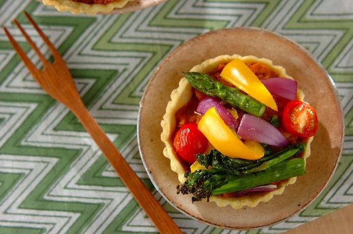 見た目も鮮やかでホームパーティーにもピッタリな、春野菜の甘くないタルト☆おもいっきり旬を楽しめる一品です。