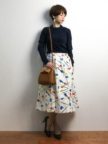 華やかなフレアスカートは、黒のトップスで引き締めて女性らしい大人コーデに。ハンドバッグとしても使える2wayタイプのカゴバッグは、さりげなく可愛いリボンモチーフが編まれたデザイン。レトロな花柄スカートとも相性バッチリです。
