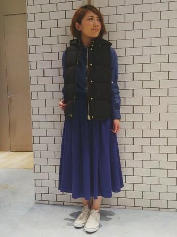 スカートとの組み合わせは、丈の長さやダウンのサイズが重要!一見、難しく感じるミドル丈のフレアスカートとの組み合わせも、ネイビーとブラックの上品な色合わせが成功の秘訣です。