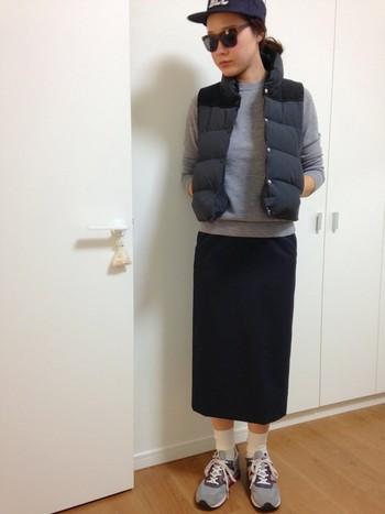 タイトシルエットのスカートが、カジュアルな雰囲気の中にも女性らしさを演出してくれていますね。今流行りのコーヒーショップや、セレクトショップ巡りにも、適度にカジュアルでお洒落なこんな着こなしがぴったりです。