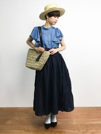 フリルのデニムシャツをメインに使った、かごバッグにカンカン帽と合わせた小物が初夏を感じさせるレトロガーリーなコーディネート。ロングスカートとのバランスも絶妙ですね♪