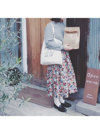 ロングスカートと言えば忘れちゃいけないのが柄物スカート♪春夏は特にかわいらしい小花柄やきれいな色や鮮やかなものも多いです♪
