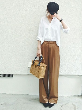 首元や袖から覗く素肌が、ボーイッシュな着こなしの中に女性らしさを与えます。ブラウンのワイドパンツとシャツはゆるやかなサイズながら、シャツをボトムにインしたりと全体的に縦のラインを意識したことが女性らしく清潔感のある着こなしへの鍵ですね。