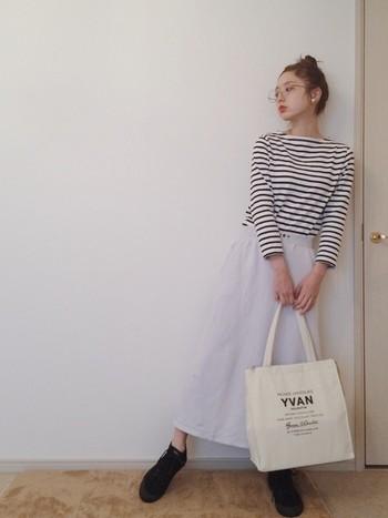 グレイッシュなライトパープルのスウェットロングスカートでゆるっとカジュアルなお散歩コーディネート。らくちん重視な日でも、パールのアクセをつけるだけでさりげない品の良さをアピールできますよ。