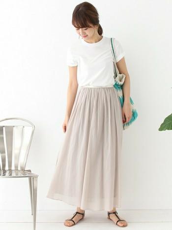 淡くやさしい色味をまとったコットンシフォンのロングスカート。やわらかく空気感のある生地のロングスカートは、春の装いにぴったり♪ 合わせるアイテムによっては、夏の装いまでOK!