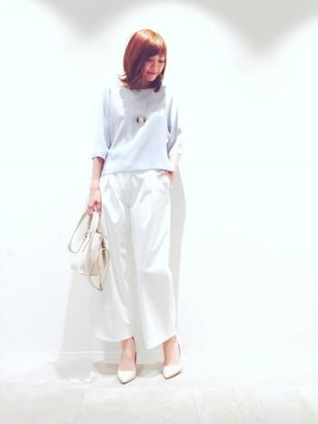 白のワイドパンツにブルーのトップスで爽やかに。これからの季節にピッタリのスタイルですね。