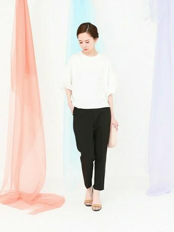 白のカットソーと黒パンツで、カジュアル感がありながらもきちんとしたスタイルに。着心地も楽なので、たくさん動くときにもおすすめです。