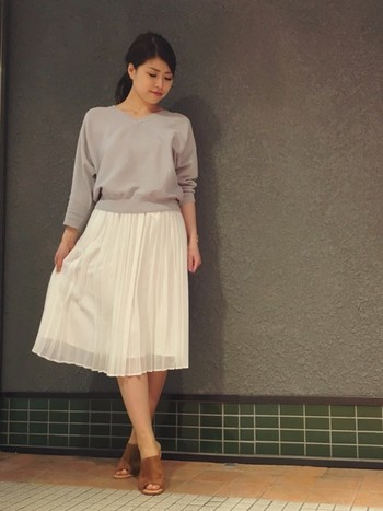 清楚なプリーツスカートは今年注目です。白で春らしく。オフィスでも好印象ですね。