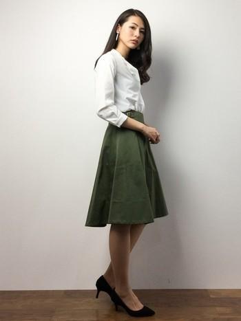 シンプルなオフィスカジュアルは素材感が大事。厚手のスカートには薄手のブラウスでバランスを。