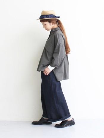 スキッパーシャツはややオーバーサイズながら、女性らしいデザインが素敵な1枚。トレンド感のあるデニムのバギーパンツと合わせて抜け感のあるマニッシュコーデ。