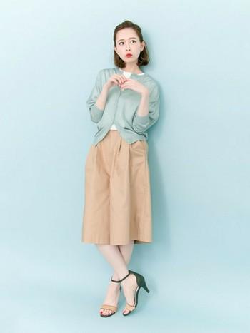 透け感があるカーディガンは、今年チェックしておきたいアイテムの1つです。水色ならではの透明感と華奢なサンダルで女性らしさを引き立てます。