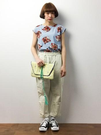 ちょっと個性的な動物Tシャツスタイル。少しスモーキーな水色との組み合わせは、人とかぶりたくない人におすすめです◎バッグにも水色のアクセントで、統一感も出ています。