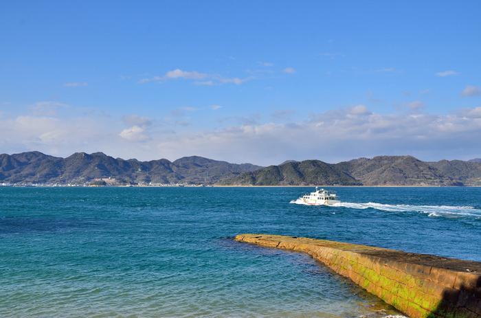 大久野島の魅力はうさぎだけではありません。海岸線沿いの遊歩道からは、瀬戸内海の青い海と、無数に浮かぶ島々が織りなす素晴らしい景色が広がっています。