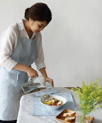ブルーのストライプ柄が爽やかなリネンエプロン。どんな装いにも合わせやすくかわいらしいエプロンは、お料理の時間をより楽しくしてくれそうです。