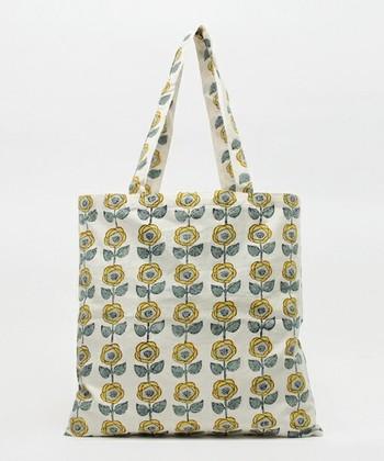 レトロなお花柄のトートバッグ。装いに彩りを与えてくれます。蕾が綻ぶ春にぴったりのトートバッグですね。