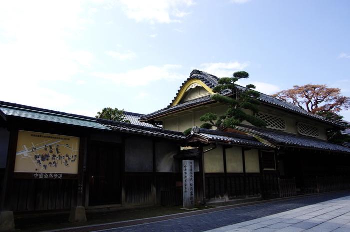 本町通りに面するひときわ目立つ松阪邸は、江戸時代末期に建てれ、1879年に全面改築された屋敷です。波をうつような唐破風の屋根、菱格子の窓、うぐいす色の漆喰など、意匠をこらした外観は、独特の存在感を放っています。華やかな外観は、製塩業や問屋業を営んでいた往時の豪商の繁栄ぶりを今に物語っています。