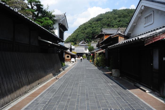 「安芸の小京都」と称される竹原市重要伝統的建造物群保存地区では、竹原格子と呼ばれる格子窓と漆喰壁の家が軒を連ねています。石畳が敷かれた路地を歩きながら、その両側に並ぶあめ色の格子窓、白く塗られた漆喰壁の町屋や屋敷を眺めていると、まるで江戸時代にタイムスリップしたかのような気分を覚えます。