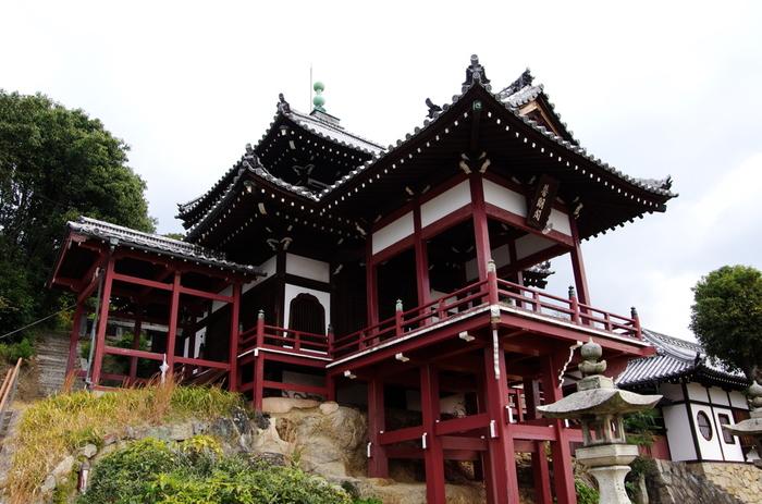 1758年に築かれた西方寺の普明閣は、京都の清水寺を模して造られた舞台造状の観音堂です。特徴的な屋根と朱色の建物が竹原市の古い街並みと調和し、安芸の小京都と呼ばれる美しい街並みに華を添えています。