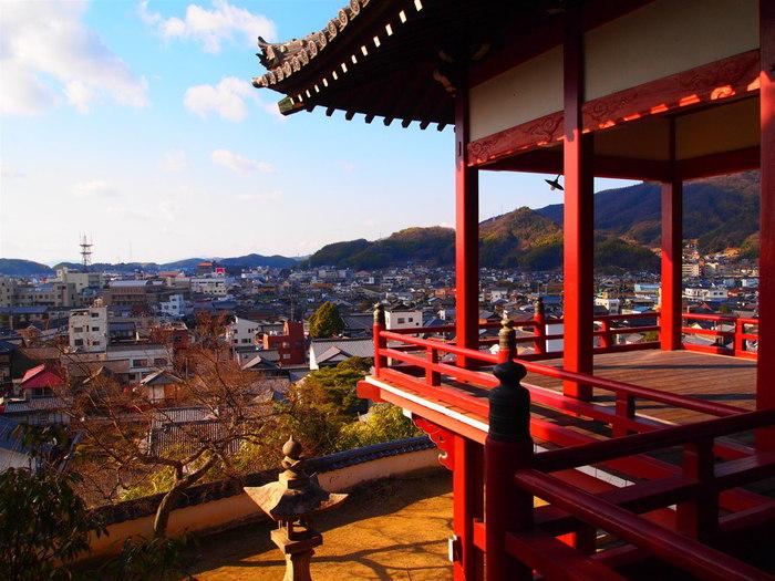 普明閣からは、竹原市街地を一望することができます。心地よい潮風を肌に感じ、眼下に広がる古い街並み、遠くに見える瀬戸内海に浮かぶ島々を眺めてみるのもおすすめです。
