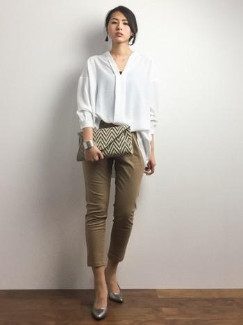 白シャツとパンツはオフィスでの定番コーデ。定番だからこそディティールにこだわったものを着たいですね♪
