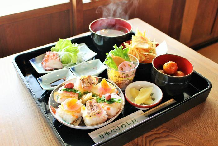 竹原たけめしは、竹原市を訪れたら必ず食べたい料理です。地元竹原市で収穫されたタケノコと瀬戸内海で獲れた魚介類の押し寿司とちらし寿司、地元で水揚げされたタコの刺身など、竹原市の食の幸をそのまま味わうことができる御前です。