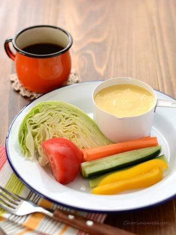 卵黄たっぷりの濃厚マヨネーズ。 スティック野菜やコールスローにもよく合います。