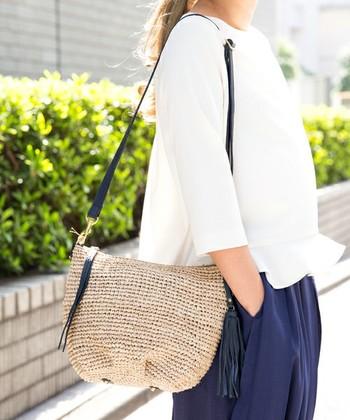 夏本番のカゴバッグも、ポシェットならさりげなく季節感を出すことができます。紐や留め具にレザーを使用したデザインは、落ち着いた色のお洋服ともなじみやすいですよね。