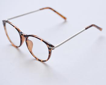 レンズに丸みがあり、逆おむすび型のリムが特徴のボストン眼鏡。 その名の通り、ボストンで流行ったことからボストン眼鏡と呼ばれるようになったと言われています。 ちょっとレトロなこの形は、柔らかな印象を醸し出してくれるから、アウトドアのシーンだと逆にこなれ感が漂って、上級者のイメージに。