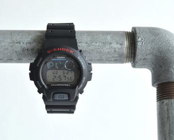世界に通用する日本の電子機器メーカーCASIO(カシオ)のデジタルウォッチ「G-SHOCK dw-6900」。 発売から四半世紀を超えてタフネス思想が受け継がれてきた多機能型ウォッチです。 CASIOが独自に生み出した耐衝撃構造(ショックレジスト)や20気圧防水も搭載しています。 アクティブなシーンはもちろんデイリーユースにもぴったりのアイテムです。