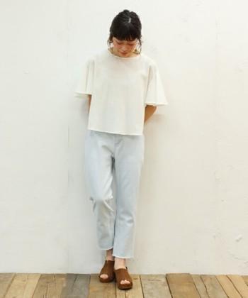 淡い水色が印象的なジーンズ。濃いカラーのものより柔らかいイメージを与えるので女性らしくきまります。最近人気がある切りっぱなしデニムでカジュアルちっくも忘れずに◎
