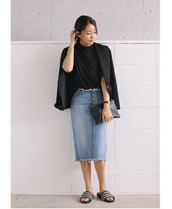 女性らしいラインが魅力的なタイトスカートを、黒でまとめて格好良く着こなしています。足元はラフなサンダルで抜け感を出して。