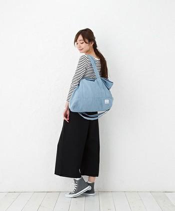 荷物がたくさんでも安心な大きい水色バッグ。普段使いはもちろん、近場の旅行などにも使えるので重宝しますよ。とことんラフなスタイルを楽しんでみてください♪